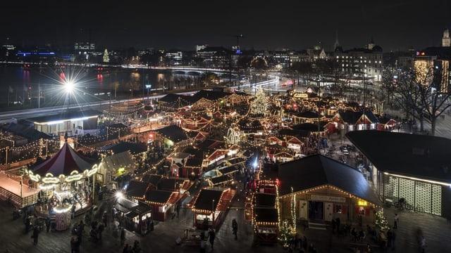 Blick von oben auf den nächtlichen Weihnachtsmarkt auf dem Sechseläutenplatz.