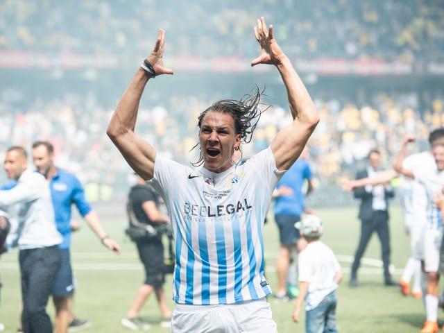 Michael Frey bejubelt den Sieg im Cup-Final.