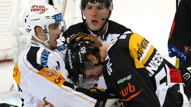 Ein Lugano- und ein Bern-Spieler liefern sich einen Kampf.