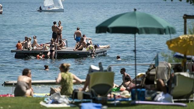 Eine Badeanlage am See in der Stadt Zürich.