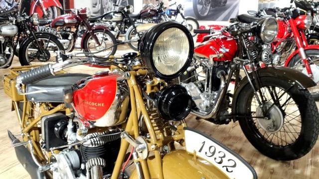 Veglias motos cun gronds motors.