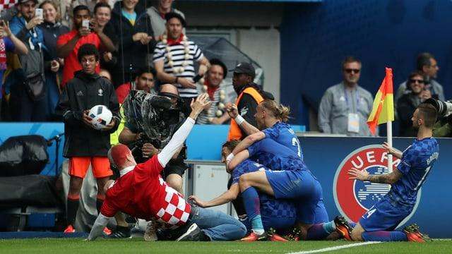 Ein Fan feiert mit Modric und Co. den kroatischen Treffer.