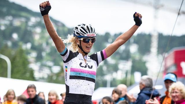 Jolanda Neff reisst im Ziel ihre Arme in die Höhe.