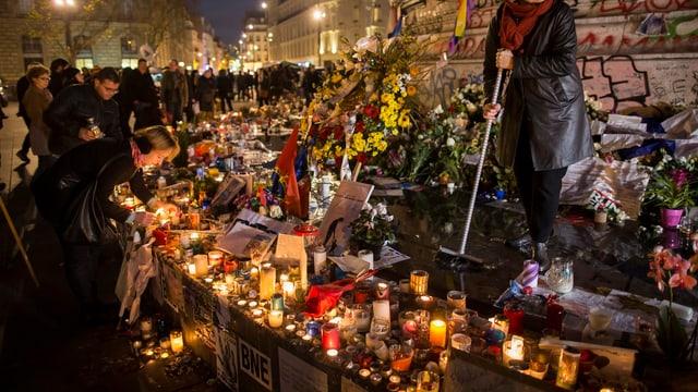 Trauernde legen in Paris Blumen und Kerzen hin