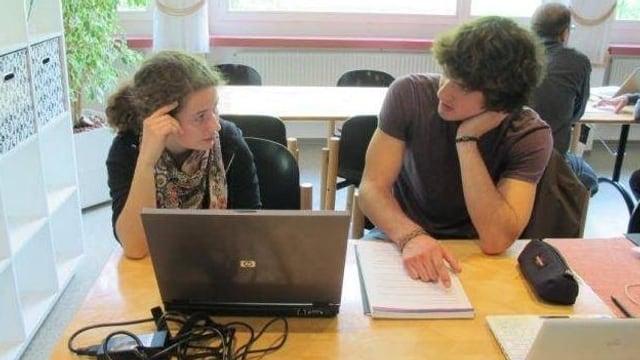 Zwei jugendliche Teilnehmer von Linguissimo arbeiten zusammen an einem Text