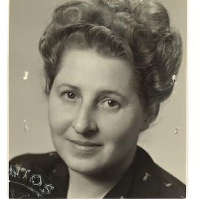 Schwarzweissfoto (Passfoto) der Mutter.