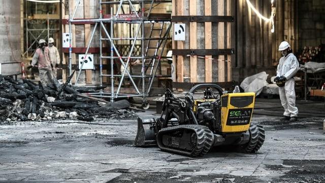 Arbeiter und Roboter in der Kathedrale