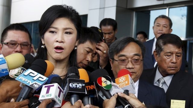 Yingluck Shinawatra vor dem Gerichtsgebäude.