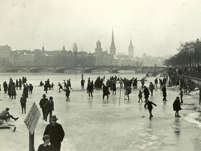 Viele Leute auf dem gefrornen Zürichsee.
