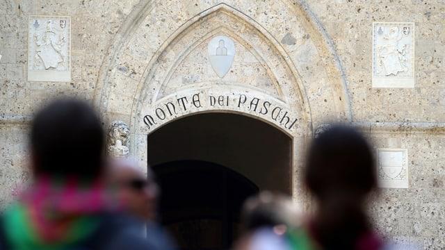 Eingang mit einem Schriftzug im romanischen Stil