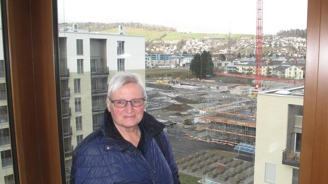 Vreni Theiler von der Investorengemeinschaft - im Hintergrund die Baustelle des Schweighof-Quartiers.