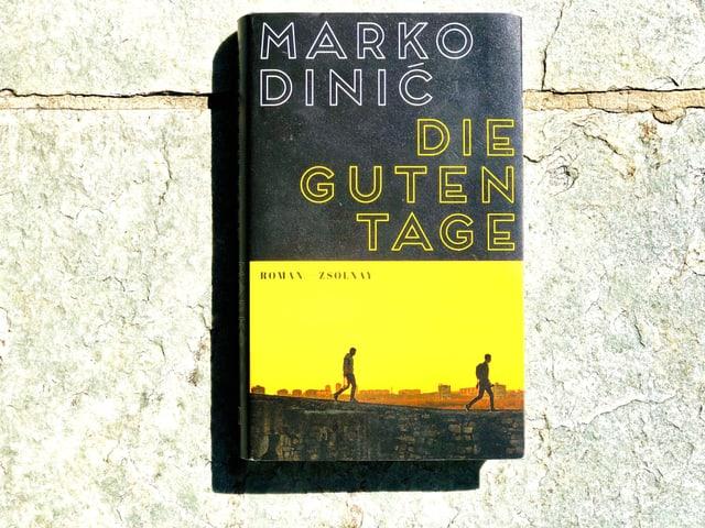 Der Roman «Die guten Tage» von Marko Dinić liegt auf einer Steinplatte