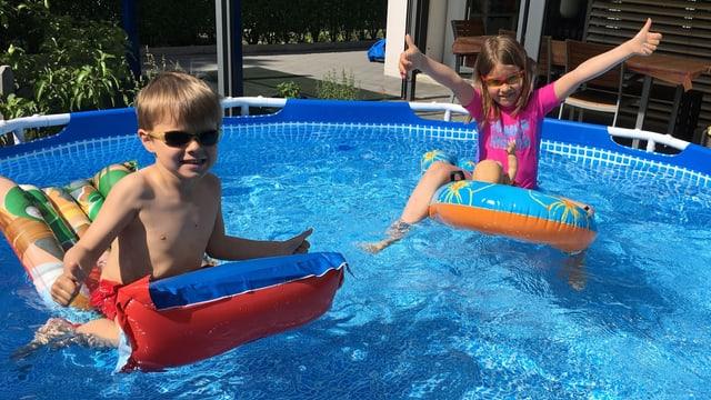 Fröhnliche Kinder spielen im Pool.