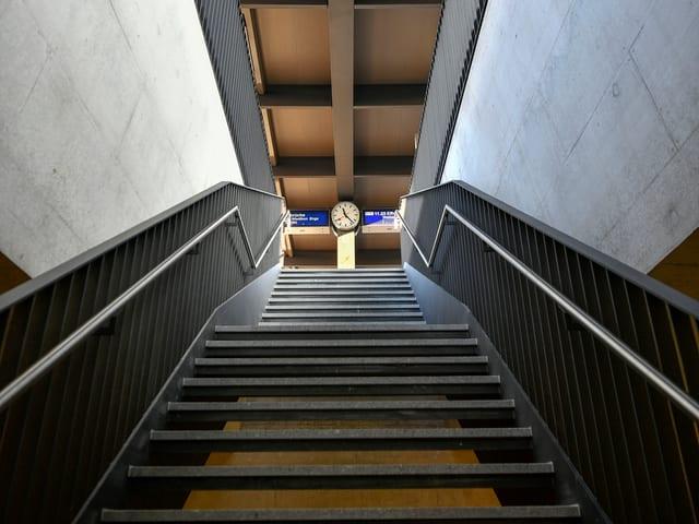 Eine neue Metalltreppe am Bahnhof Oerlikon
