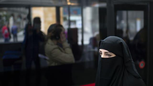dunna che prota ina burka.