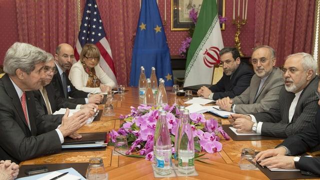 Die beiden Aussenminister John Kerry (USA, links) und Javad Zarif (Iran) am Verhandlungstisch
