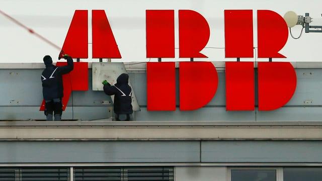 Arbeiter montieren ABB-Logo