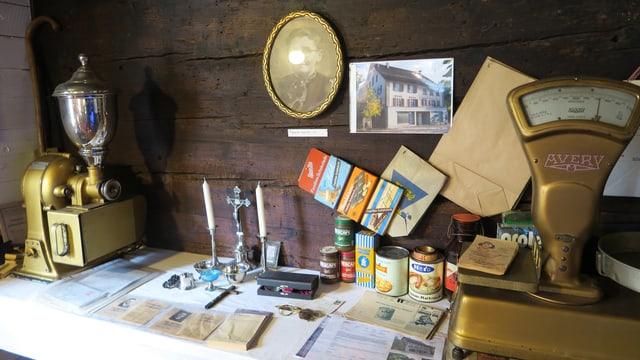 Material aus einem früheren Lebensmittelgeschäft, wie eine alte Waage und Kaffeemühle.