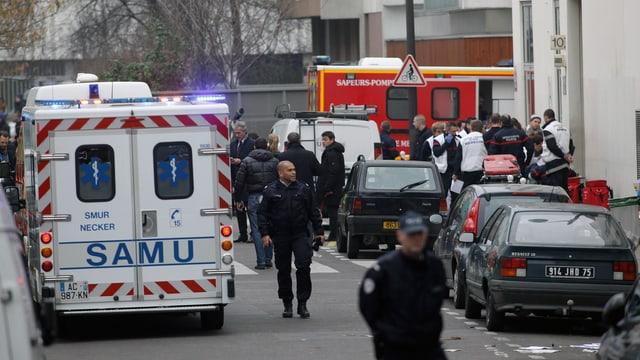 Polizisten und Rettungskräfte auf der Strasse.