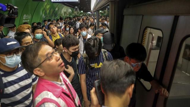 Demonstranten blockieren U-Bahn-Türen