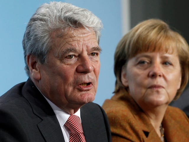 Gauck sitzt neben Merkel