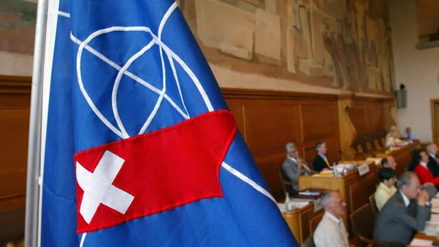 ASO-Fahne in einem Kantonalparlamentssaal.