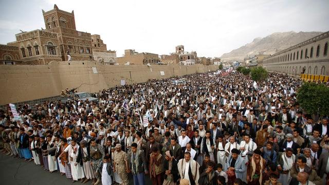 Zahlreiche Huthi-Anhänger stehen versammelt in der Hauptstadt Sanaa.
