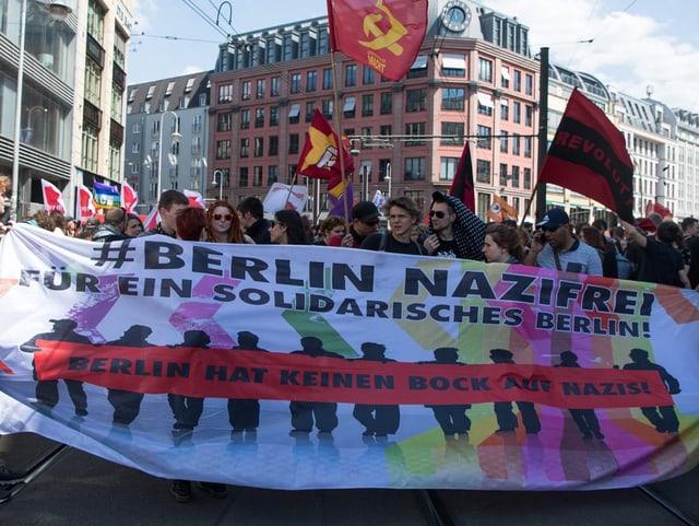 Demonstranten mit einem Transparent. Darauf steht: Berlin nazifrei.