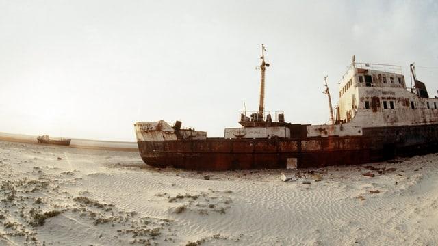 Auf dem ehemaligen Aralsee ist ein Schiff gestrandet.