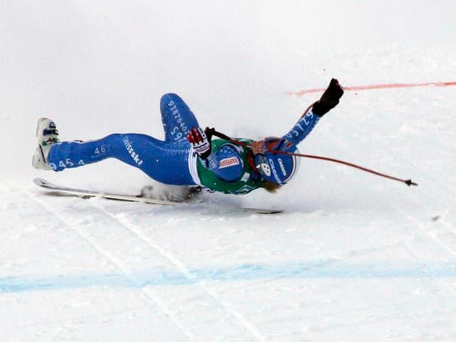 Lara Gut kommt in St. Moritz kurz vor der Ziellinie zu Fall und überquert diese fliegend.
