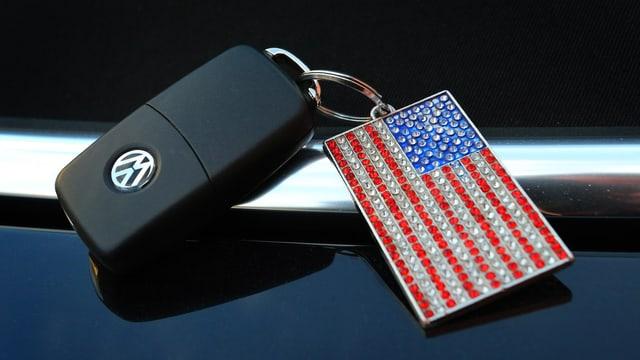 VW-Schlüssel mit Schlüsselanhänger in Form der US-Flagge