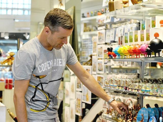 Der Kopenhagener Souvenirverkäufer Jacob Lentz in seinem Laden.