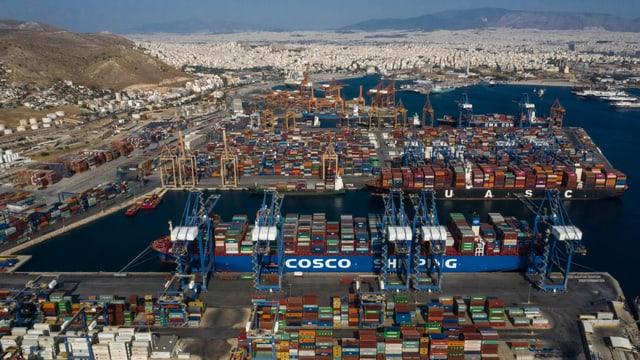 Hafen im Vordergrund, dahinter Athen.