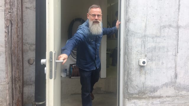 Mann öffnet Türe