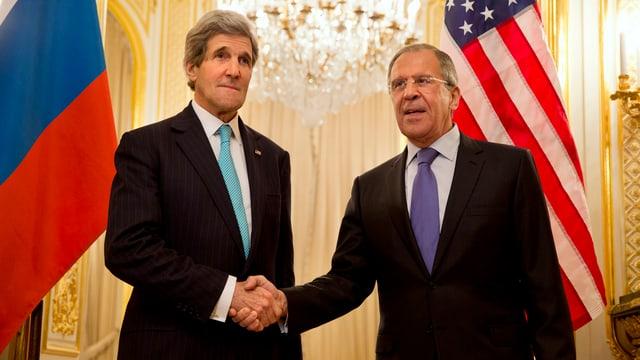 Kerry schüttelt Lawrow in Paris die Hand.