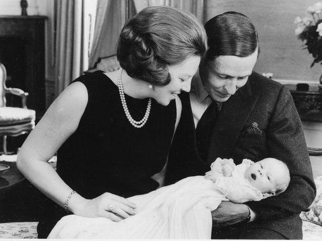 Königin Beatrix und Prinz Claus mit dem neugeborenen Willem-Alexander.