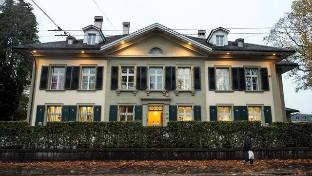 Stattliches Haus von aussen fotografiert.
