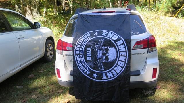 Die Flagge der Milizionäre hängt an einem Geländewagen.