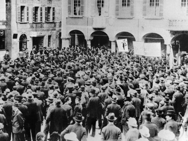 Streikende Arbeiter versammeln sich waehrend des Schweizer Generalstreiks in November 1918 auf einem Platz in Bellinzona,