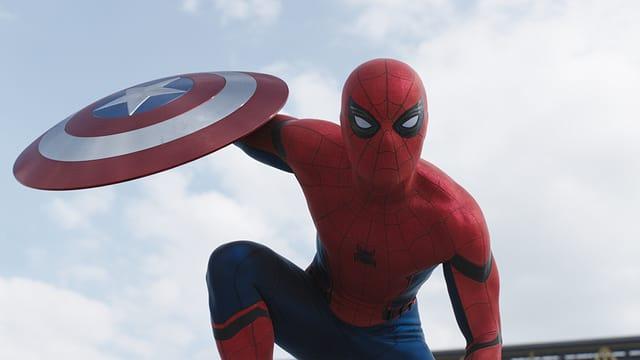 Spider-Man hält Captain Americas Schild.