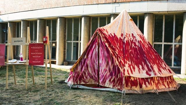 Ein Zelt mit Menstruationsbemahlung an einem Festival in Deutschland.