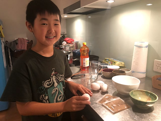 Keiju steht in der Küche