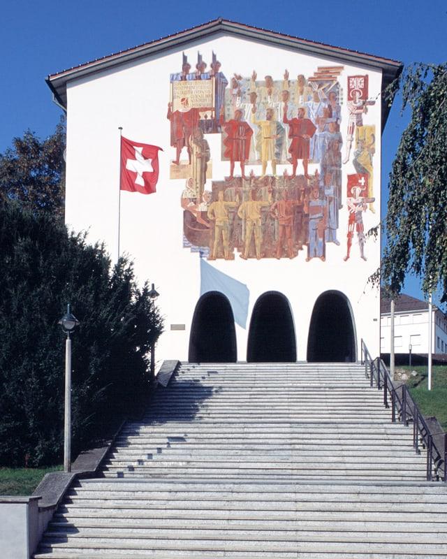 Blick von der Treppe hoch zum Museumseingang mit patriotischer Fassadenkunst.