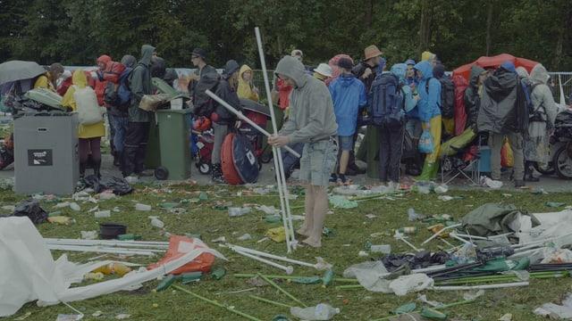 Der Hero. Er sucht sich ein Pavillon aus dem Müll zusammen.