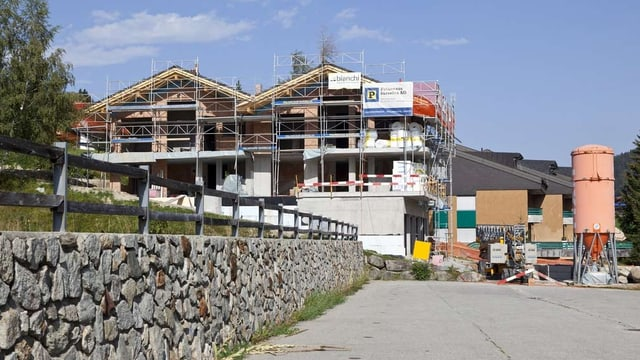 Mehrfamilienhäuser werden an einem Hang gebaut