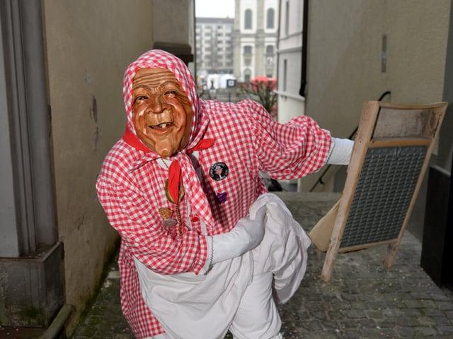 Eine als «Wöschwiib» verkleidete Person an der Luzerner Fasnacht.