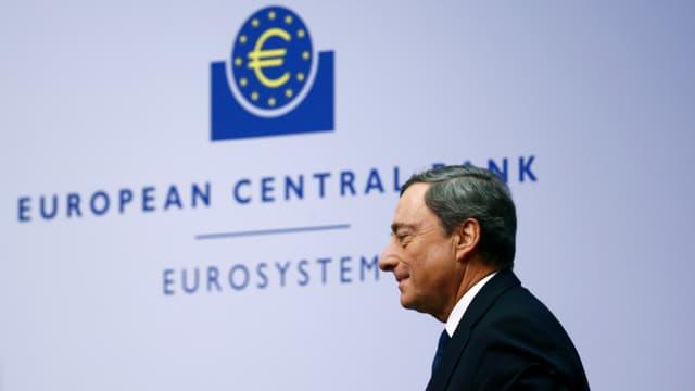Mario Draghi avant il logo da la banca centrala europeica