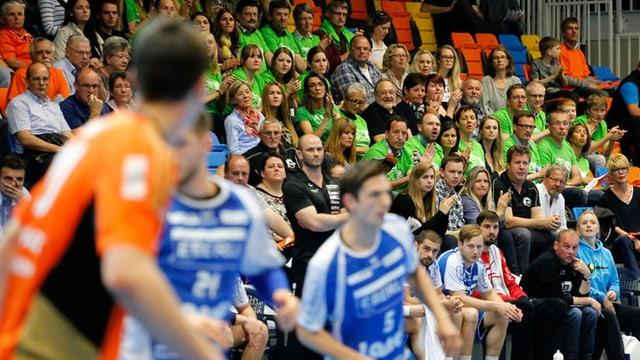 Handballmatch mit Spielern