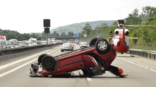 Auto liegt nach Unfall auf dem Dach