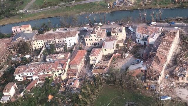 Abgedeckte Häuser aus der Luft.